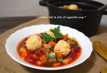 鶏肉団子とたっぷり野菜で煮込んだスープ。ビーツを入れることでスープの色が鮮やかに。ヘルシーでありながら満足感があります。