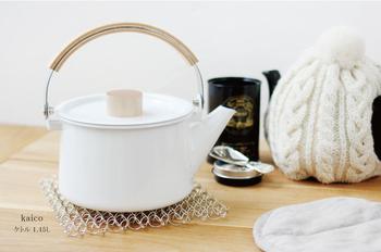 汲みたての水をケトルに入れ、5円玉くらいの泡がぼこぼこ出てくるまで火にかけます。汲みたて、沸かしたての酸素がたっぷり含まれたお湯を注ぐのが、茶葉をジャンピングさせるポイントです。