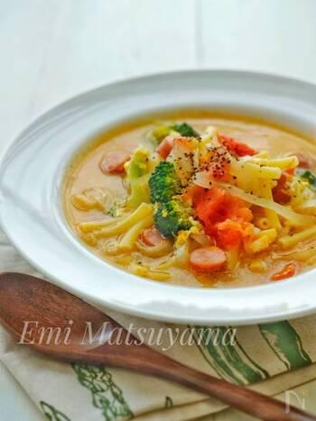 ウインナー、トマト、ブロッコリー、卵、マカロニなど具だくさんのスープは、コンソメと昆布茶で優しい味わい。マカロニは食べる直前に加えるのがポイントです。