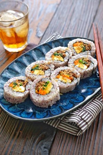 ゆかりを混ぜ込んでほんのりピンク色のご飯が愛らしい「ゆかりご飯の裏巻きキンパ」。見た目より食べ応えもあり栄養価も高いのでお弁当後の競技も頑張ってくれそうです!