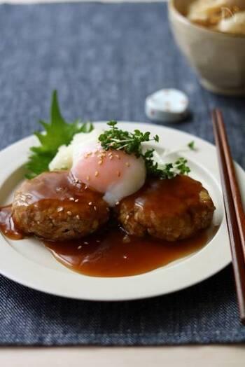 生地にお豆腐をいれてふんわり柔らかく仕上げた和風ハンバーグ。温泉卵の黄身をゆっくりほぐしながら、甘辛の照り焼きタレと絡めていただきます。