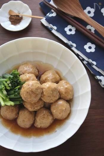 揚げずにだし汁で煮た、ヘルシーな肉団子。お出汁のやさしい風味とふんわり柔らかな食感に癒されます。
