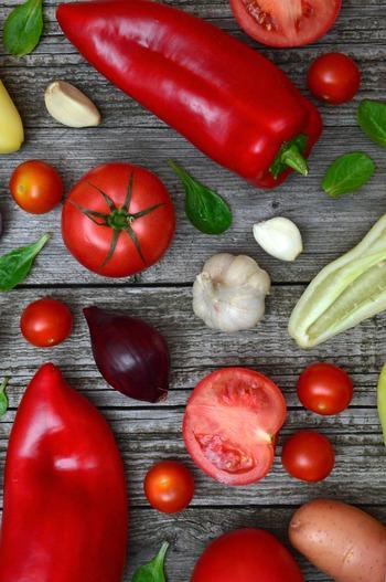 代謝を上げるのに役立つ野菜やスパイスを食事に取り入れることで、身体を内臓から温めて代謝アップや冷え性の改善が期待できます。生姜、ねぎ、唐辛子、にんにくなどがおすすめと言われています。
