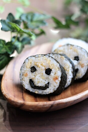 パクパク食べられてみんなが思わず笑顔になれるこんな可愛い巻き寿司はいかがですか?最初の形だけ作ってしまえばあとは切るだけの簡単アイデアレシピです。