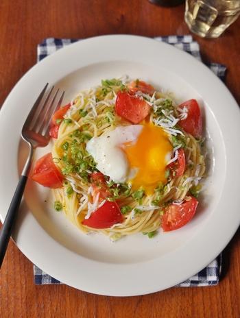 トマトの酸味とシラスの塩気に、とろ~り温泉卵が加わって、まろやかな美味しさが楽しめる冷製パスタです。オリーブオイルがベースのシンプルな味付け。