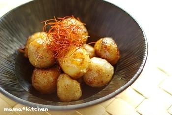 フライパンでコロコロ揚げながら作る、サトイモ団子。表面はカリッ、中はモチモチでまるでお餅のような食感です。