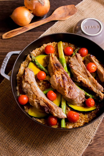 大きなスペアリブをグリルパンでしっかり焼いてから炊き込むレシピ。かぼちゃ、アスパラ、プチトマトなどカラフル野菜を添えて。カレールウを入れた、スパイシーな味付けがたまりません。