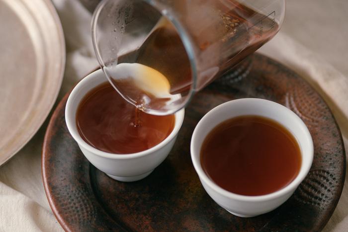 お水だけでなくお茶も身体を冷やさないようにできるだけ温かい物を摂りたいですね。特にハーブティーは種類も多く、味だけでなく香りも楽しめるのでおすすめです。なかには身体を温める効果のある生姜を使った「ジンジャーティー」などもあるので、試してみてはいかがでしょう?