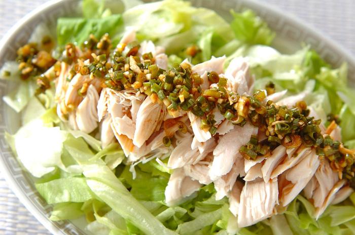 レンジでチンしたササミにニンニクとネギで作るタレをたっぷりかけて、レタスと一緒に召し上がれ。細いうどんや素麺、中華麺と一緒に食べても美味しそう!