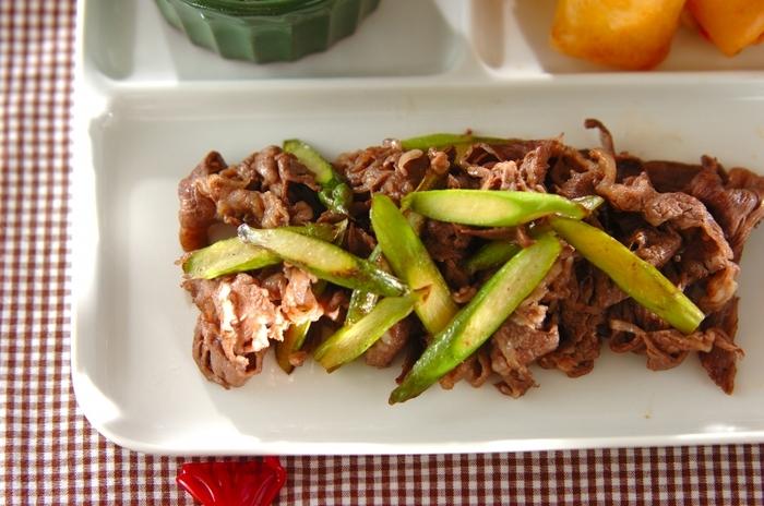 火が通りやすい牛肉の薄切り肉は味わいもしっかりしているのでパパッと作るおかずに最適です。シャキシャキのアスパラとの口の中のコントラストが楽しい一品です。