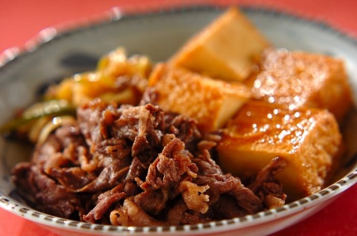 コトコト煮込んだような奥深い味わいの「牛こま肉と厚揚げのすき焼き風煮」は白いご飯にぴったりです。すき焼きみたいに溶き卵を絡ませながらいただくのも美味しそう!