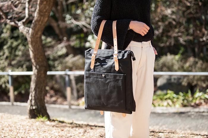 スクエア型のシンプルなデザインが大人の女性にぴったり。写真のようにショルダーバッグとして使うこともできます。A4サイズがすっぽり入る大き目サイズだから、通勤や通学に大活躍しそう。