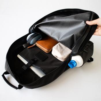 メイン収納スペースは背面に仕切りがついているので、パソコンなど大切な荷物などは区分けすることができます。内側側面にはペットボトルがすっぽりと入る隠れたポケットがあるので、見た目のかさばりを軽減される工夫が施されています。