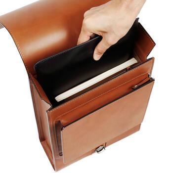 メイン収納スペースは、A4クリアファイルが縦に収まるサイズ。ノートPCも、13インチまで収納可。箱型のデザインなので書類も縦に整然と収めることができ、気持ちよく持ち歩けます。