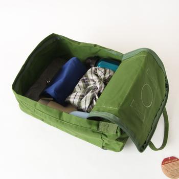 手提げバッグ、リュックとして2通り楽しめるのも魅力。素材は「ビニロン」というコットンに近い触り心地の素材を使用し、防虫・遮光性・耐久性が高いのが特徴です。背負ったままでもベルトの長さ調整が可能なのも便利です。