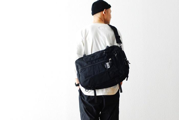 シーンに合わせて、バックパック、ショルダーバッグ、取っ手付きバッグに変化してくれる機能性抜群のアイテム。ビジネス用バッグとして持っておくと何かと便利かも。