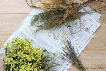 植物を扱うことを趣味にしている方は多いのでは。そのまま飾るだけでなく、スワッグやリースなどをハンドメイドするのも楽しい素材です。