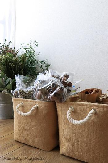 でも、かさばる植物をきれいな状態を保ちながら収納するは至難の業。こちらのお宅では、ニトリボックスとジッパー付きビニール袋を使ってすっきりと収納しています。