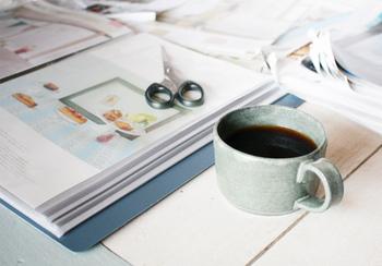コーヒーを飲みながら、ゆったりとした時間を過ごせそうな趣味がこちら。お気に入りの雑誌を手放すときには、手元に残したいページをファイリングをするのだそう。