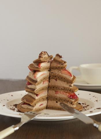 パンケーキも、大中小…と大きさ違いで焼いてクリームをサンドして重ねれば、SNS映えするタワースイーツに♪旬のフルーツをサンドしたり、アイスクリームやチョコソースをお好みでトッピングしましょう。