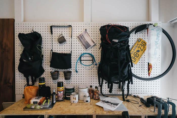 有孔ボードと棚には、愛車のお手入れ用品やDIYグッズなどを収納。作業用のテーブルも完備されているので、趣味に没頭できる環境が整っていますね。