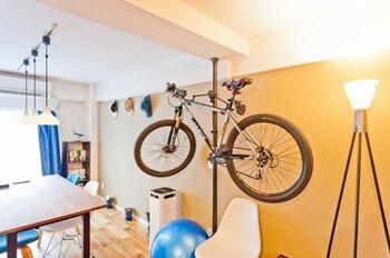 ロードバイクが趣味の方は、愛車の近くで暮らせることは理想なのではないでしょうか。海外インテリアのように、自転車をオブジェのように飾りながら収納するアイデアも人気。