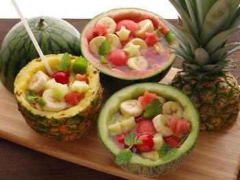 パイナップル、メロン、スイカなど、フルーツを丸ごと器として使ったフォトジェニックなフルーツポンチ。梨やりんご、グルレープフルーツなど、小さめサイズのくだものでもOKです。