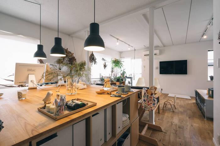 パン作り・ハンドメイドなど趣味を楽しむためには、広々とした作業台があると便利です。こちらのお宅のように、大きなテーブルの下を収納にすれば、趣味の道具もたっぷりと入りますね。