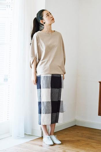 縦のライン「Iライン」を強調した着こなしも着痩せのポイント。モデルさんのように、ロングスカートもタイトなシルエットを選ぶのが◎