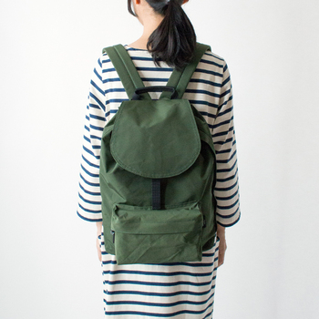 「FLAP PACK」は、女性にうれしい少し小ぶりのフラップ付きバックパック。フラップの中はキュッと絞れる巾着仕様で、防犯面から見ても安心です。