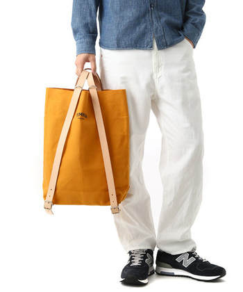 リュックとしてだけでなく、手持ちのバッグのように使うことも可能。さりげなく持っているだけで、普段のコーデがワンランクアップします。