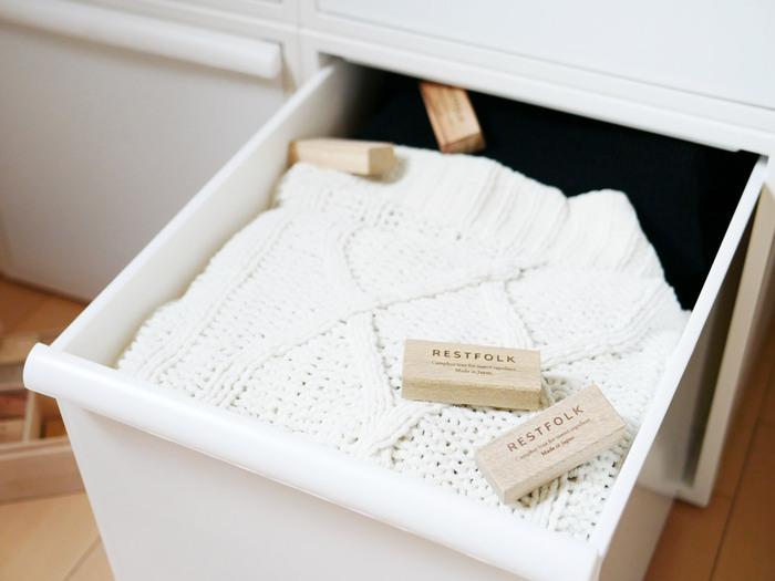 シルクや綿など天然素材の衣類は、虫食い被害の対象に。しまい込むときは、防虫剤を一緒に入れましょう。洋服がぎゅうぎゅうに詰まっていると、防虫効果が衣装ケース全体に行き渡りません。8割収納を心がけましょう。