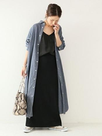 ロングスカートコーデにシャツワンピを羽織って。 タイトなスカートをセレクトすれば、ワンピのフレア感が際立ちます。 スニーカーながら、全体のロングシルエットで大人っぽい印象に♪