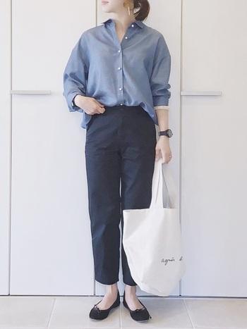 細身パンツに、ゆるやかにデニムシャツをイン。 足元はバレエシューズで可憐に決めて、カチッとし過ぎないようにバランス良くまとめたコーデです。