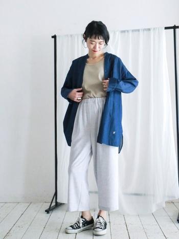 オーバーサイズのデニムシャツ、丈の短いワイドパンツの組み合わせでかっこ良く着こなしたコーデ。 少し襟を抜いて、くずして着るのがポイントです。