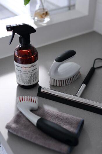 スタイリッシュな海外のホテルのようなひよりさんの浴室。マイクロファイバーで洗った後、ブラシで床を磨き、スクイージーで水を切って、また拭き取るというのがひよりさんの毎日やっている浴室掃除です。この掃除で汚れやカビのないきれいな状態を保っているそうです。
