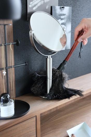 普段の掃除はホコリをはらい、掃除機をかけるという流れで掃除しているそう。そんなひよりさんの掃除に欠かせないアイテムが、レデッカー社の羽はたきです。雑貨を飾った棚や家具、家電など、ホコリがたまりやすい部分の掃除もササッと羽ぶらしをかけるだけ。写真のように鏡や雑貨などがあっても、隙間に入り込めるので移動させずにそのままできる手軽さも◎