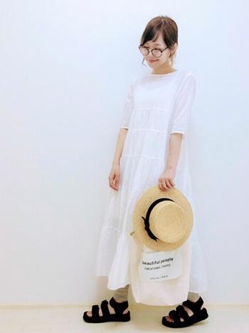 夏は涼しげな白のロングワンピースに、ベージュのリブレギンスを重ねて、サンダルや麦わら帽子をプラス。自然体なのにとってもおしゃれです!
