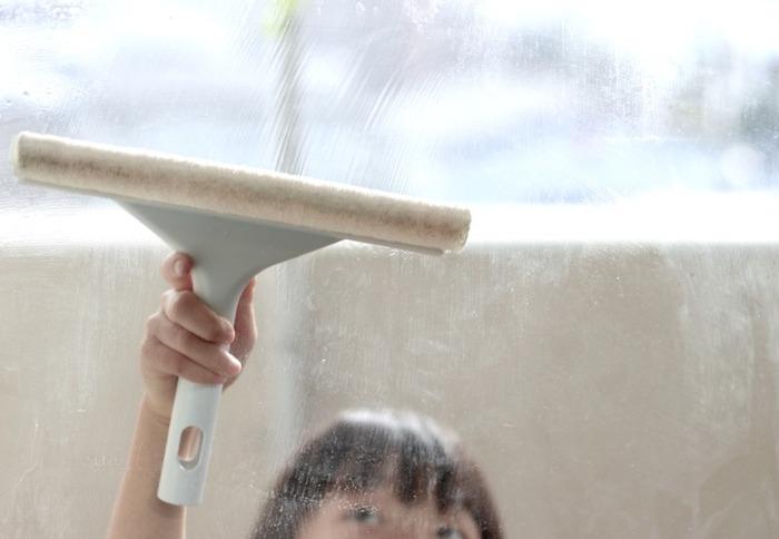 後回しになりがちな窓やブラインドの掃除。部屋をきれいにしても窓際が汚れていたら、心地よい空間にはなりません。専用の掃除アイテムやちょっとした工夫できれいにしましょう。mujikko-RIEさんは、無印良品のスキージーを使って窓掃除をしています。スプレーで水を窓にかけてスキージーの反対側のスポンジでゴシゴシこすり、窓の水気を落としていけばお掃除完了。定期的に行えば、水だけでちゃんと汚れも落ちてくれるそうです。