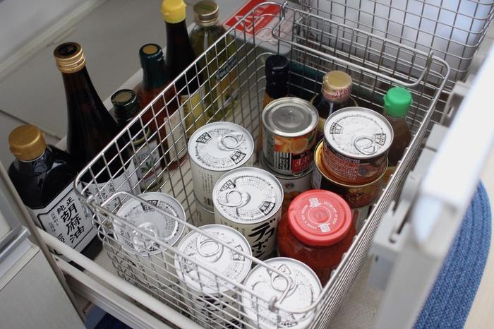 調味料やストック食品を奥にしまって忘れてしまうことを防ぐためには、見える場所に収納するようにしましょう。出番の少ない調味料も、目に見える場所に置くことで、「今日はこれを使ったレシピを作ってみよう」と献立のマンネリ打破に繋がるメリットも。また調味料は、使い切れるサイズを買うようにするのもおすすめです。