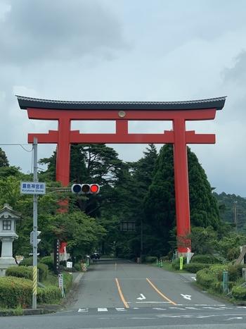 高さ23m、幅28.5mの大鳥居は、西日本最大級の高さを誇ります。元々は灰色でしたが、新天皇の即位の改修で朱色に塗り替えられました。