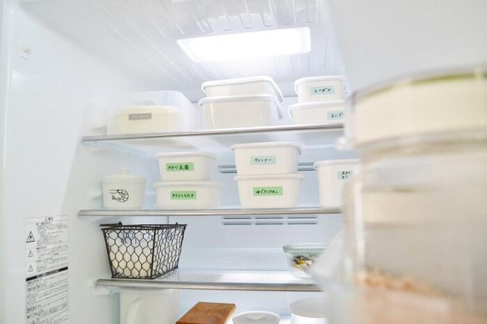 冷蔵庫の食品が眠ってしまうのを防ぐためには、使わなければいけないものを目に見えるところに置きましょう。また、冷蔵庫にある程度スペースが出来てから買い物をするようにすれば、奥に眠ってしまうものがなくなる上に、ムダな食品を買うことも防げます。