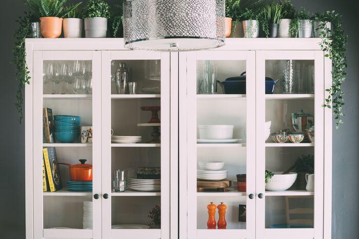 長らく使っていない食器はありませんか?食器棚の中でもホコリをかぶってしまうぐらい使っていないのなら、その食器は必要ないのかもしれません。