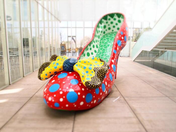 こちらの作品は草間彌生さんの「赤い靴」。自立した女性の象徴としてハイヒールをモチーフにした作品です。カラフルでポップなドットに心が掴まれますね。