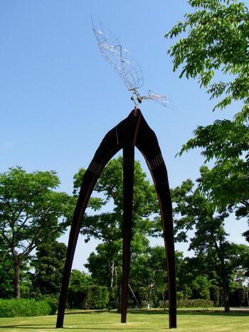 """西野康造さんの「気流~風になるとき」は、""""大空と大地の調和""""を表現した作品です。一番上にある翼は風が吹くとまるで生きてるかのように動きます。霧島の自然を取り込んだ自由な発想のアートです。"""