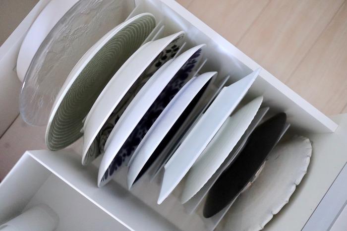 食器の収納は、スペースの内の2割程度の余裕があると、出し入れが楽になり使いやすくなります。それに収まる分だけが食器の定量と捉えましょう。1つ買ったら1つ捨てるつもりで、食器の定量をキープすると余計なものが増えませんよ。