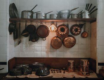 キッチンツールから鍋、フライパンまでさまざまな種類がある調理器具。同じ種類が複数あることもありますね。かさ張る調理器具が処分できれば、収納スペースに余裕が生まれて、奥で眠ってしまうものがなくなるはず。