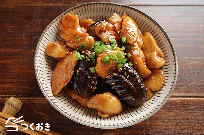 黒酢が効いてこっくり美味しい「なすとささみの黒酢炒め」。ささみに片栗粉をまぶしておくことでパサつかずふんわり食感になります。ナスが旨味と油を吸ってジューシーで美味しいレシピです。