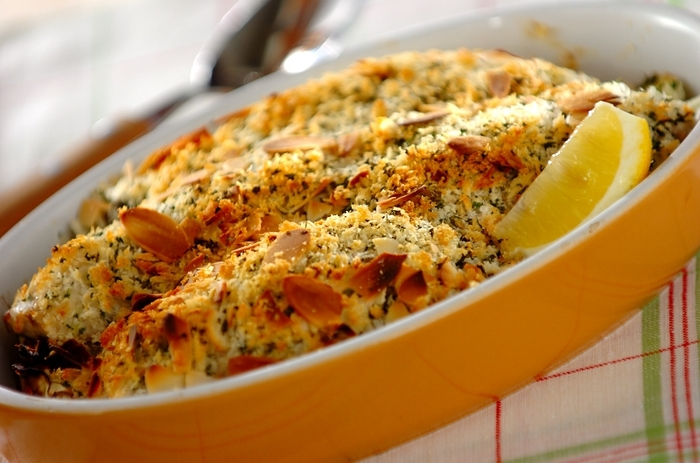 サクサク美味しい、揚げないアジフライと蒸し野菜が一緒に作れる「アジのグラタン風パン粉焼き」。耐熱容器に玉ねぎとキャベツ、アジを重ねてチーズパン粉をのせたらオーブンへ。コクと香ばしさを味わえます。アジにマヨネーズを塗るのがコツです。