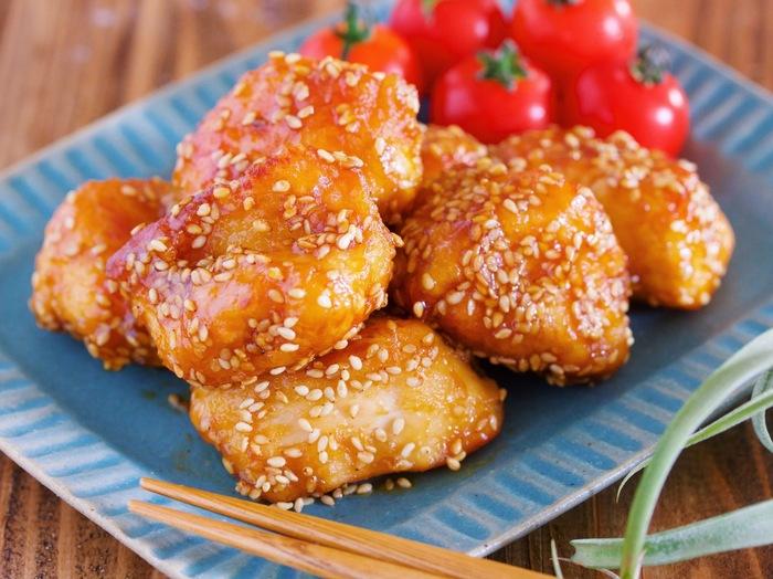 鶏もも肉に下味をつけてフライパンで焼く、揚げない「鶏からのごまあえ」。片栗粉を多めにまぶすことで外はカリッと中はジューシーに仕上がります。鶏肉は手でぎゅっと丸めてから焼くと唐揚げ感もボリュームもアップ♪